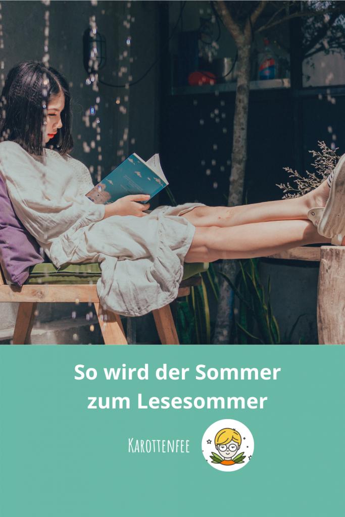Pinterest-Pin: So wird der Sommer zum Lesesommer! Eine Lesende Person vor einer Gartenlaube im Sonnenschein.