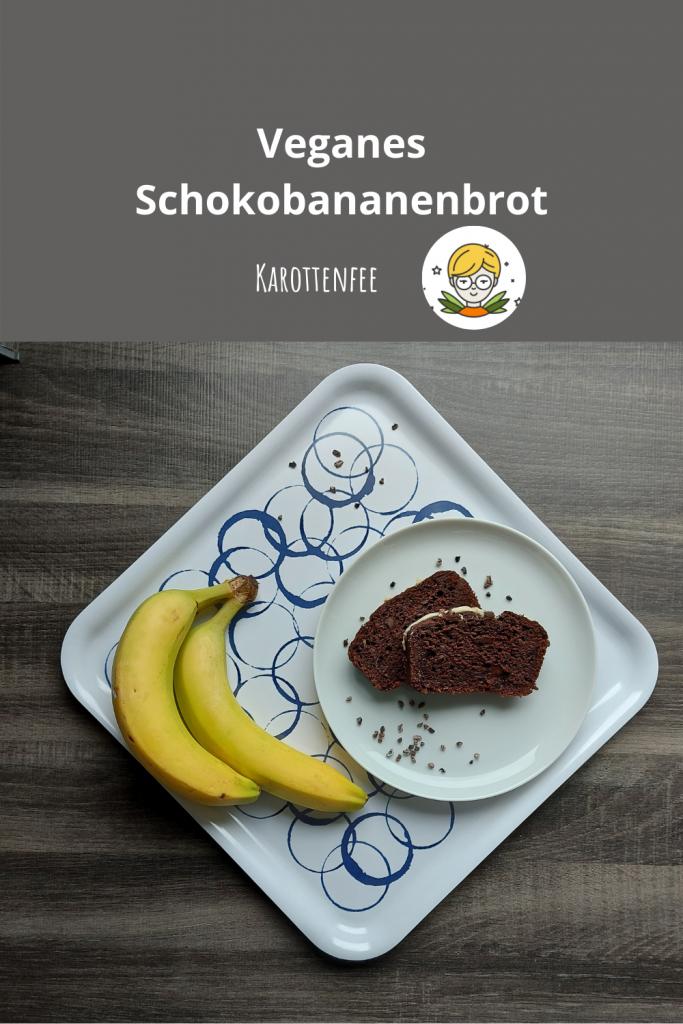 Pinterest-Pin: Veganes Schokobananenbrot! Zu sehen sind zwei Scheiben Schokobananenbrot mit Kakaonibs auf einem weißen Teller. Der Teller steht auf einem Tablett, auf dem auch Bananen liegen