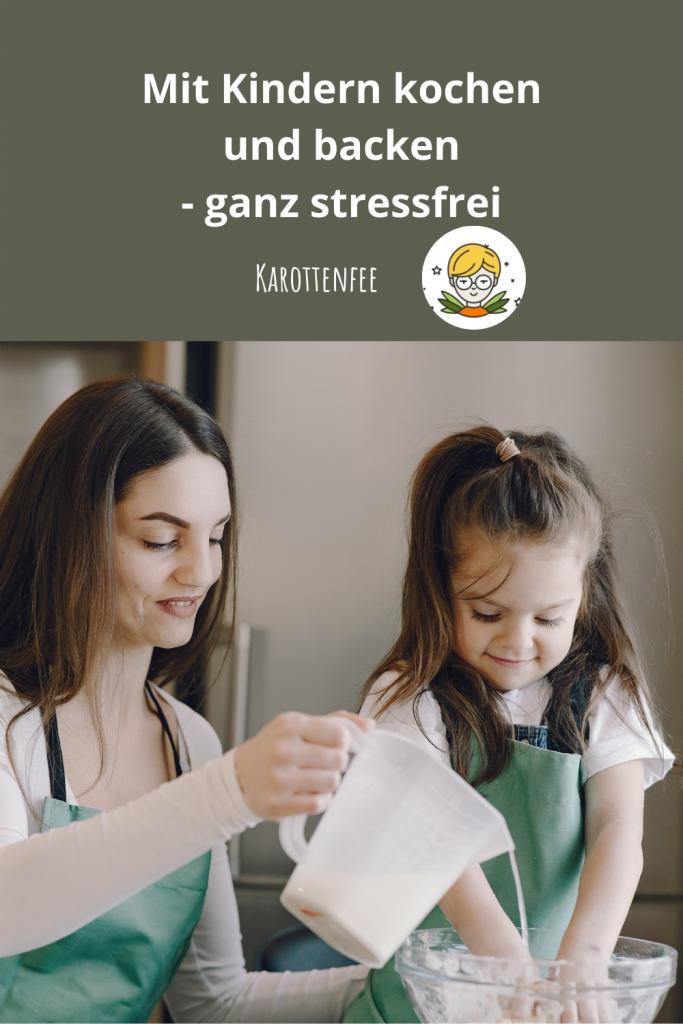 Pinterest-Pin: Mit Kindern kochen und backen - ganz stressfrei. Auf dem Foto sind eine Frau und ein Kind beim Backen zu sehen.