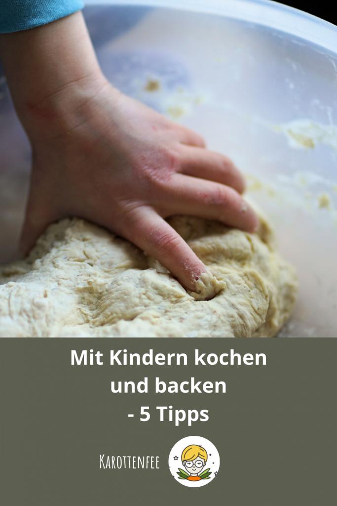 Pinterest-Pin: Mit Kindern kochen und backen - 5 Tipps. Auf dem Foto ist eine Kinderhand zu sehen, die einen Brotteig knetet.