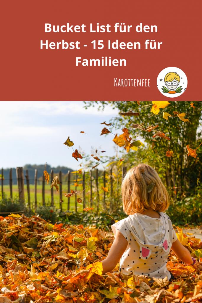 Pinterest-Pin: Bucket List für den Herbst - 15 Ideen für Familien. Zu sehen ist ein Kind, spielend in einem Blätterhaufen