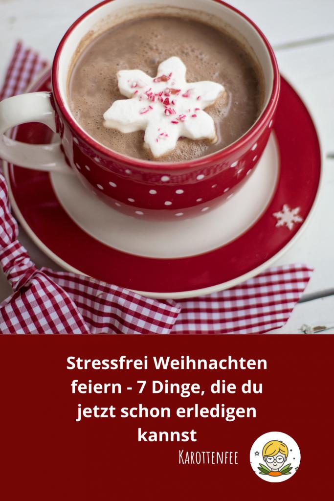 Pinterest-Pin: Stressfrei Weihnachten feiern - 7 Dinge, die du schon jetzt erledigen kannst!  Zu sehen ist eine rote, weihnachtliche Tasse mit heißem Kakao