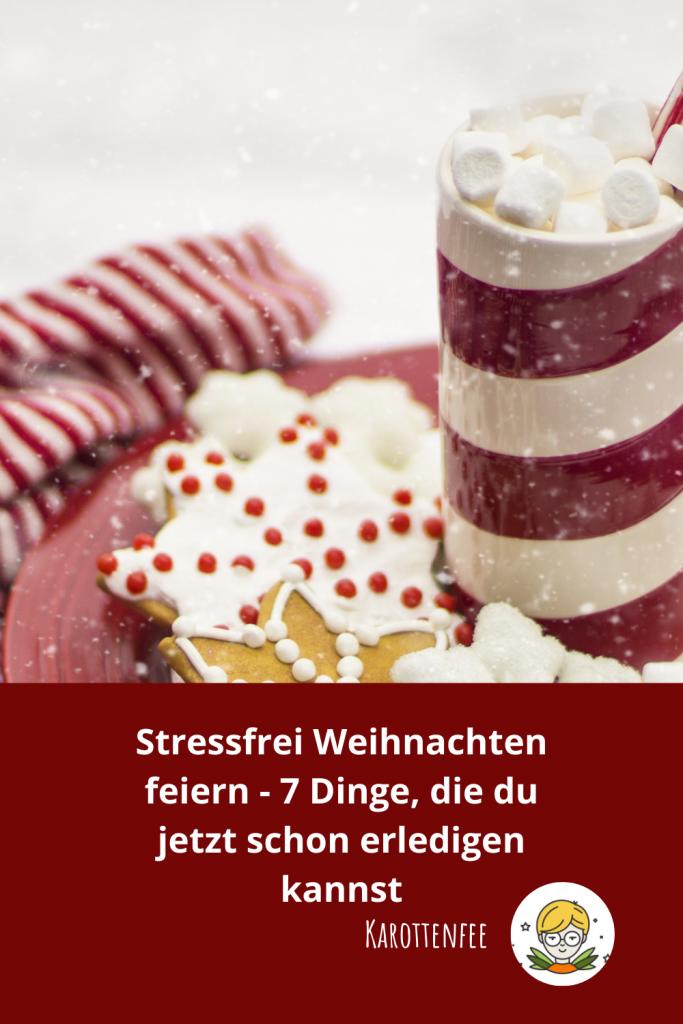 Pinterest-Pin: stressfrei Weihnachten feiern - 7 Dinge, die du jetzt schon erledigen kannst.  Zu sehen ist ein Plätzchenteller sowie ein heißer Kakao mit Marshmallows.